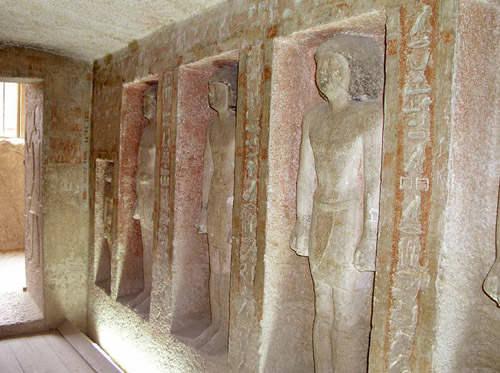 Статуи на западной стене мастабы Кара.