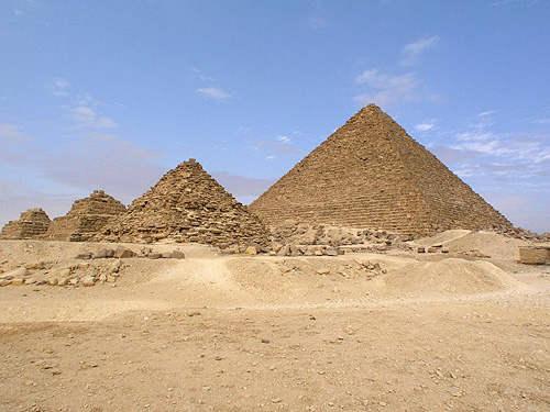 Малые пирамиды G3a (на переднем плане), G3B, G3C на плато Гиза.
