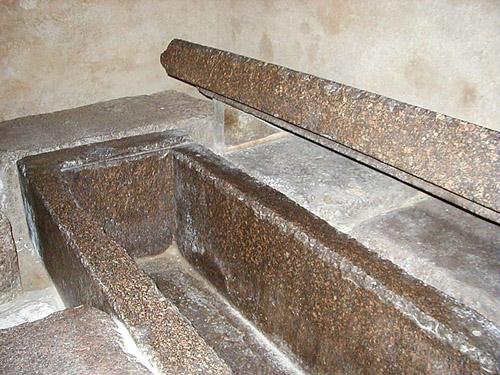 Гранитный саркофаг царя и верхняя крышка. Пирамида Хефрена.