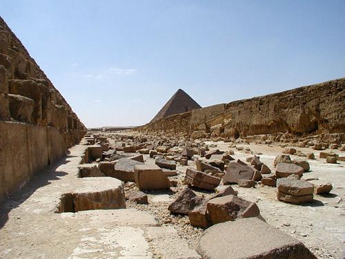 Выемка в плато для выравнивания основания для постройки пирамиды Хефрена. Западная сторона.