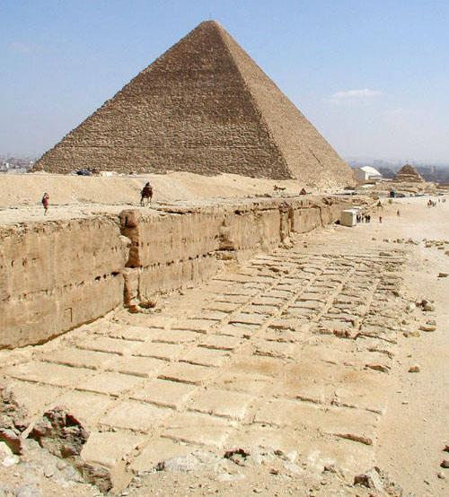 Следы от вырубки плит для пирамиды Хефрена.