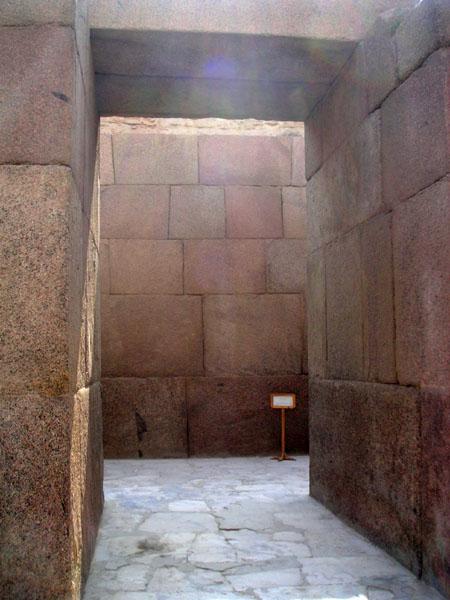 Стены и помещения нижнего храма. Пирамида Хафры.