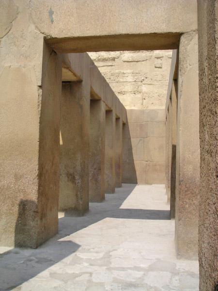 Колонны большого зала в храме в долине. Пирамида Хафры.