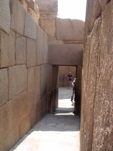 Коридор северо - западного угла нижнего храма. Пирамида Хафры.