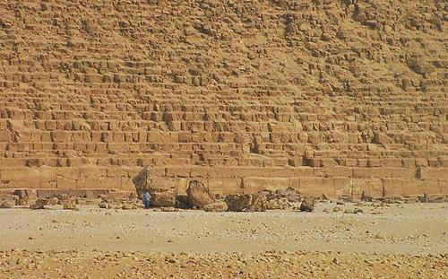 Южная сторона. Вид на остатки пирамиды - спутника. Пирамида Хефрена.