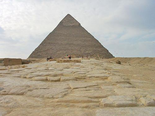 Мощеная дорожка для процессий от храма в долине к пирамиде Хефрена.