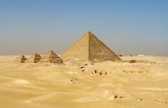 Вид на пирамиды- спутницы с юго - востока. Пирамида Микерина (Менкаура).