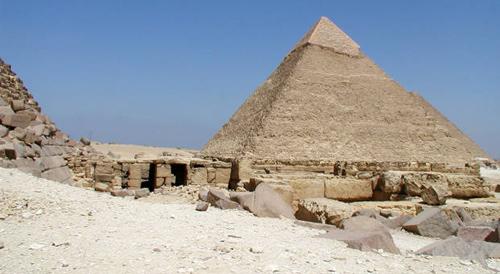 Плато Гиза. Вид на пирамиду Хафре и заупокойный храм пирамиды Менкаура.
