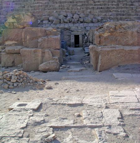 Вдали видны гранитные блоки. Пирамида Микерина (Менкаура).