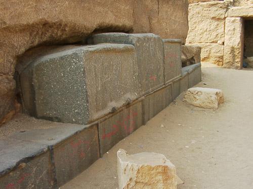 Гранитные блоки в облицовке храма. Пирамида Микерина (Менкаура).