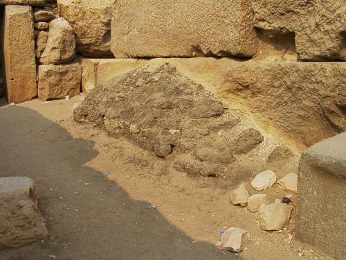 Адобная облицовка рядом с гранитным блоком. Пирамида Микерина (Менкаура).