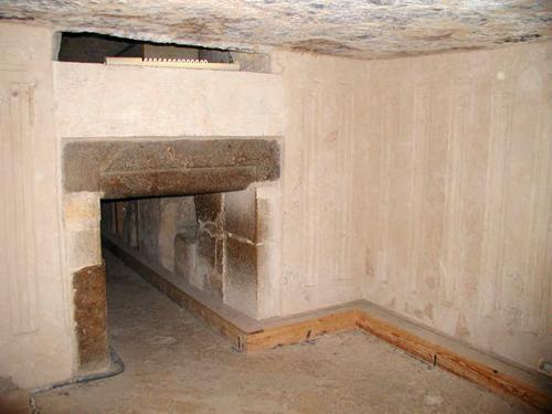 Вид из вестибюля на вход в помещение с порткулисами. Пирамида Микерина (Менкаура).