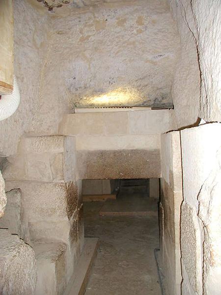 Вид из помещения с порткулисами на вход в вестибюль. Пирамида Микерина (Менкаура).