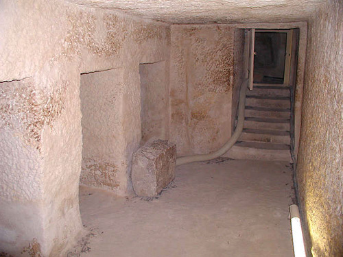 Вид из помещения с нишами на вход и направо проход к погребальной камере. Пирамида Микерина (Менкаура).