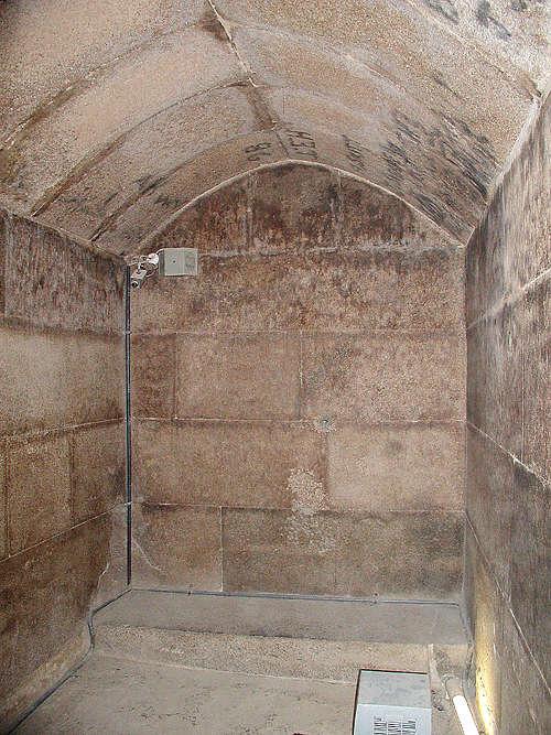 Погребальная камера из гранитных блоков. Пирамида Микерина (Менкаура).