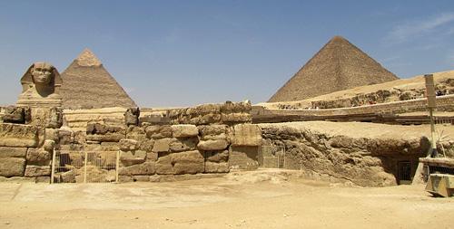 Храм Сфинкса. Вдали видны пирамида Хеопса (справа) и пирамида Хафры (слева).