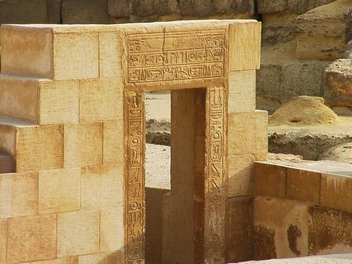 Религиозное здание времен Аменофиса II. Иероглифы на стене.