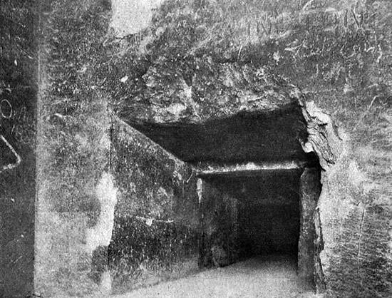 Проход в Антикамеру камеры царя. Пирамида Хеопса в 1909 году.