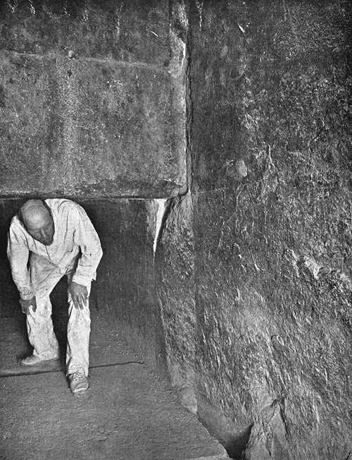 Мортон проходит под плитой - заглушкой предкамеры царя. Пирамида Хеопса в 1909 году.