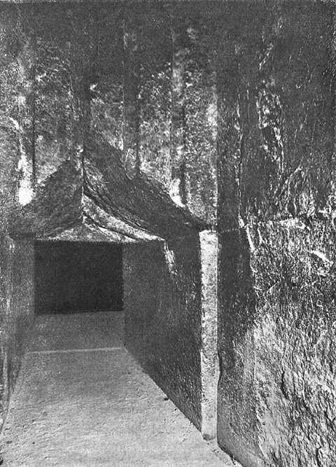 Проход в Камеру царя. Вид из предкамеры. Пирамида Хеопса в 1909 году.