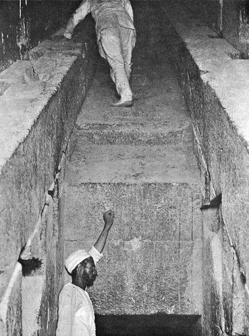 Северный конец Большой галереи. Внизу проход в Камеру царицы. Пирамида Хеопса в 1909 году.