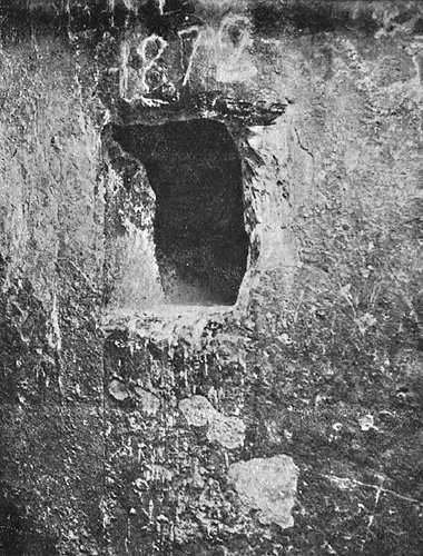 Устье северного воздушного колодца в камере царицы. Пирамида Хеопса в 1909 году.