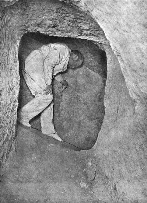 Понижающийся коридор и шахта-колодец. Пирамида Хеопса в 1909 году.