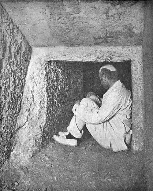 Вход в горизонтальную подземную галерею. Пирамида Хеопса в 1909 году.