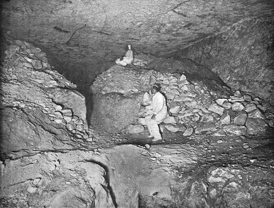 Западная стена подземной шахты. Пирамида Хеопса в 1909 году.