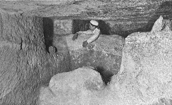 Северо-западный угол подземной камеры. Пирамида Хеопса в 1909 году.