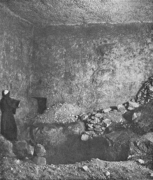 Проход в южной стене поземной камеры. Пирамида Хеопса в 1909 году.