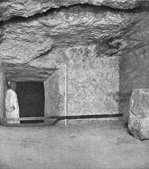 Выемка и вход в подземную камеру. Вид на юг. Пирамида Хеопса в 1909 году.