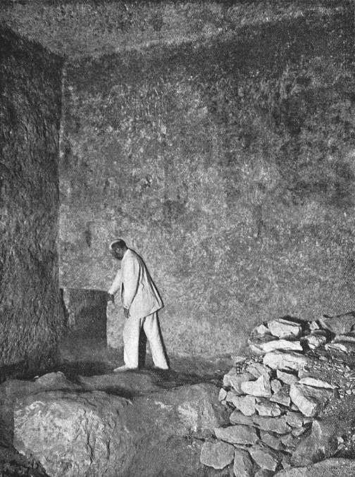 Размеры незаконченного прохода в южной стене подземной камеры. Пирамида Хуфу в 1909 году.