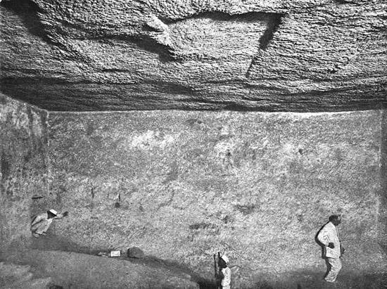 Восточная стена подземной камеры. Пирамида Хеопса в 1909 году.