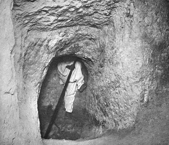 Нижний конец шахты. Пирамида Хеопса в 1909 году.