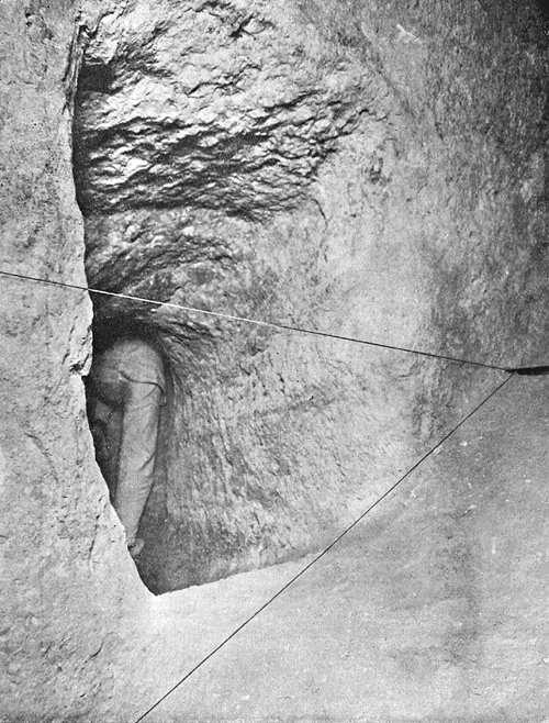 Уровни коридоров в пирамиде. Человек находится в шахте. Пирамида Хеопса в 1909 году.