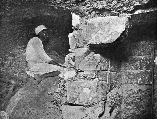 Грот шахты - колодца. Пирамида Хеопса в 1909 году.
