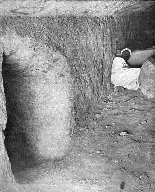 Вход в шахту с западной стороны понижающегося коридора. Пирамида Хеопса в 1909 году.