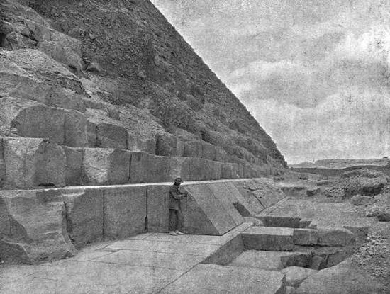 Камни облицовки. Пирамида Хеопса в 1909 году.