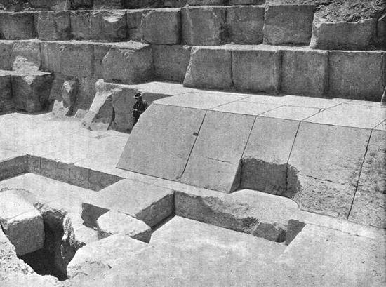Облицовочные камни. Пирамида Хеопса в 1909 году.