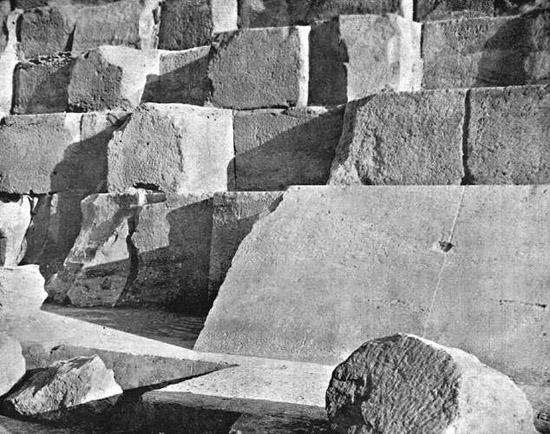 Нетронутая часть облицовки. Пирамида Хеопса в 1909 году.