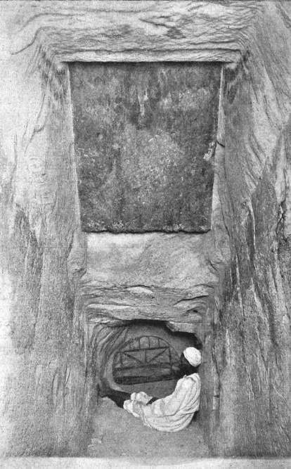 Решетка в понижающемся коридоре. Пирамида Хеопса в 1909 году.