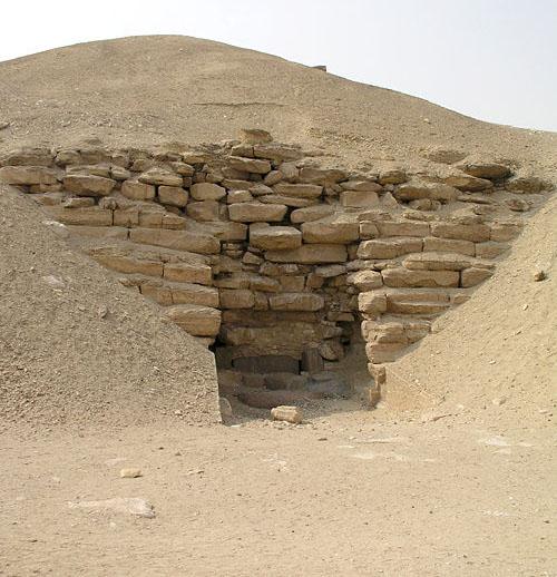 Вход в пирамиду Аменемхета I в Эль- Лиште.