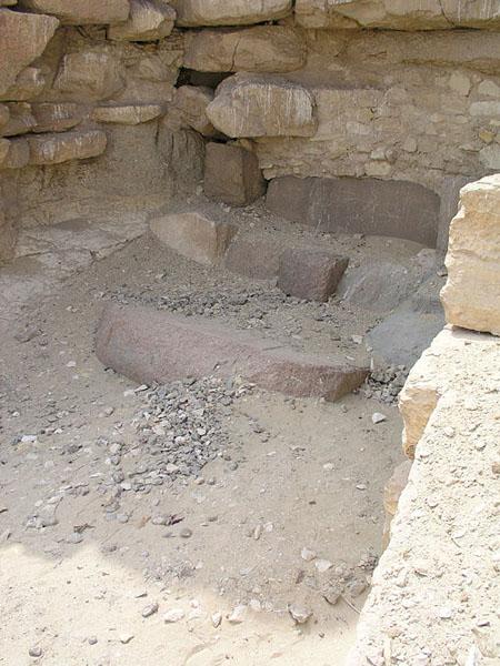 Плиты у начала спускающегося коридора пирамиды Аменемхета I. Эль- Лишт.
