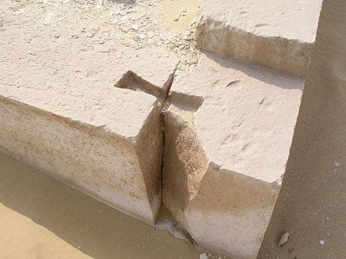 Углубления для крепления плит комплекса пирамиды Аменемхета I. Эль- Лишт.