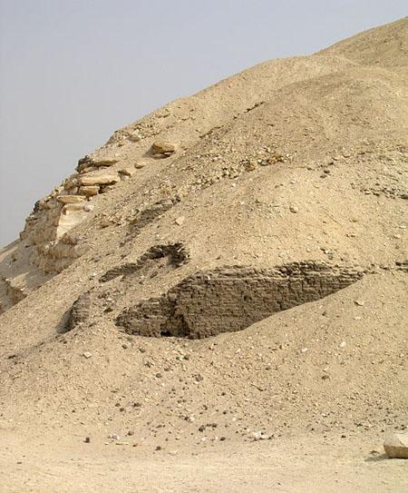 Сырцовые кирпичи кладки пирамиды Аменемхета I