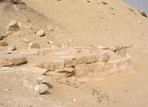 Известняковые плиты в основании пирамиды Аменемхета I. Эль- Лишт.