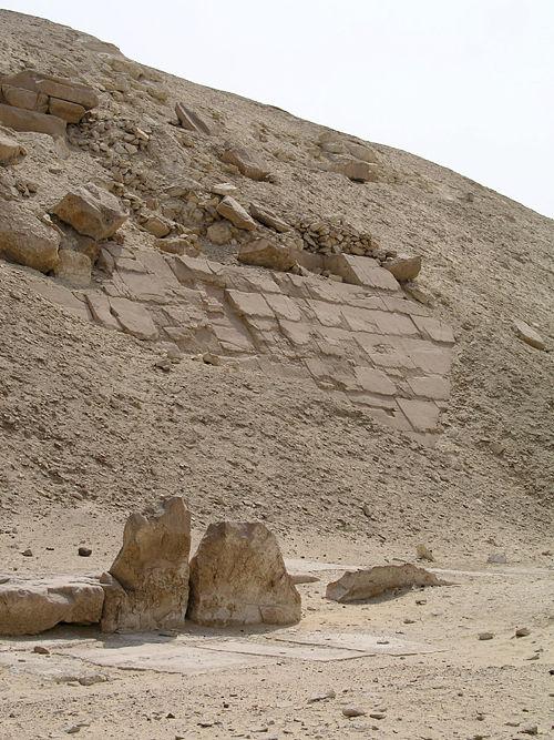 Плиты облицовки западной стороны пирамиды Сесостриса I