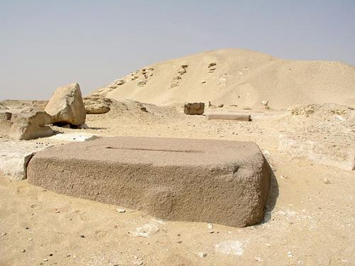 Гранитные блоки дорожки для процессий к храму пирамиды Сесостриса I