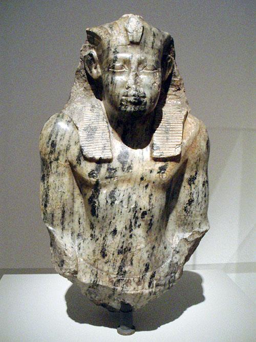 Фрагмент статуи фараона Сесостриса I. Altes Museum.